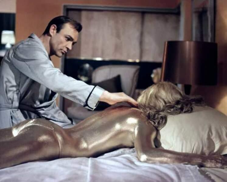 Shirley Eaton et Sean Connery dans Goldfinger (1964 )