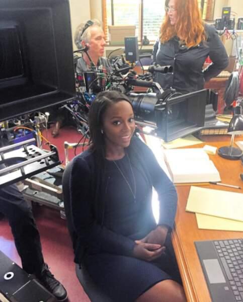 … Aja Naomi King, alias Michaela Pratt, elle, attend patiemment les consignes pour la prochaine scène