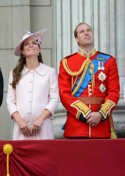 Le ventre arrondi de la duchesse sur le balcon de Buckingham Palace