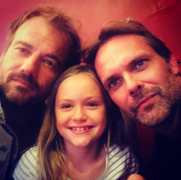 La petite Lucie Boher entourée de ses deux papas : le vrai et celui de fiction