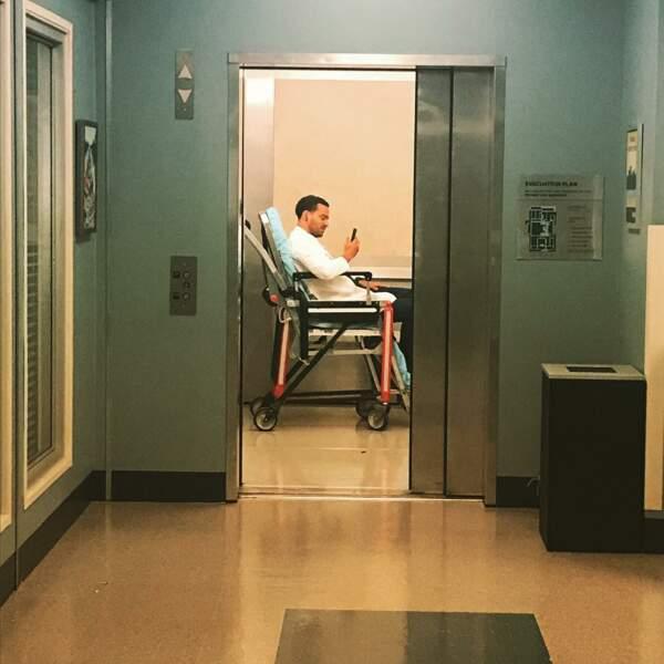 Jesse Williams se détend dans un ascenseur… Voilà un endroit insolite, qui a toujours inspiré les scénaristes !