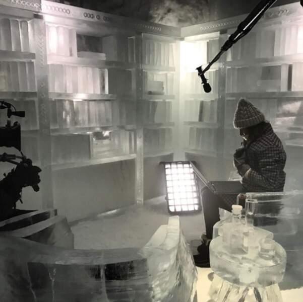 Tournage au Ice Hotel, où tout est en glace. Sur sa chaise en glace, l'actrice doit avoir froid aux fesses