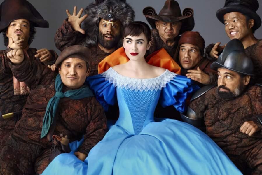 Blanche neige (Lily Collins) et ses sept nains dans Blanche Neige (2012), version baroque de Tarsem Singh