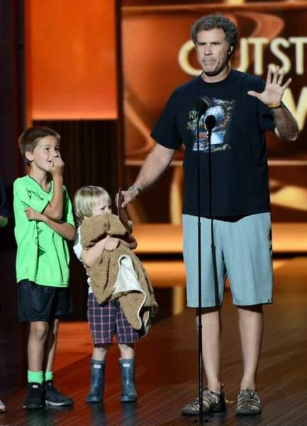 Will Ferrell remet le prix de la meilleure série comique à Modern Family avec ses enfants, en short et tee-shirt