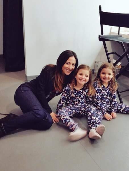 Fabienne Carat poste avec les jumelles qui incarnent Lucie dans Plus belle la vie