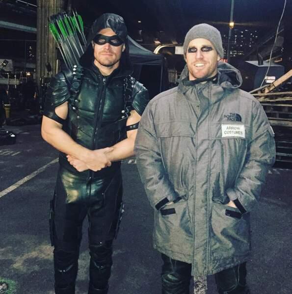 Stephen Amell pose avec sa doublure d'Arrow, il lui doit bien ça !