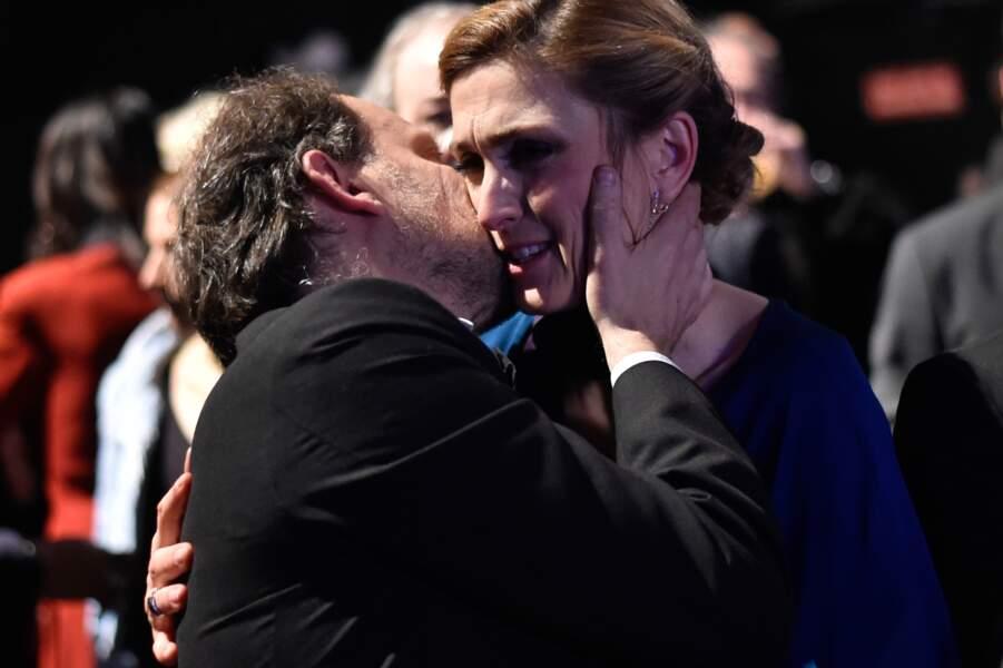 Bisou entre Julie Gayet et Denis Podalydes…