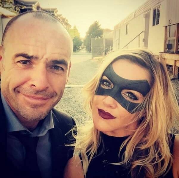Katie Cassidy (Arrow) ne sort jamais sans son masque