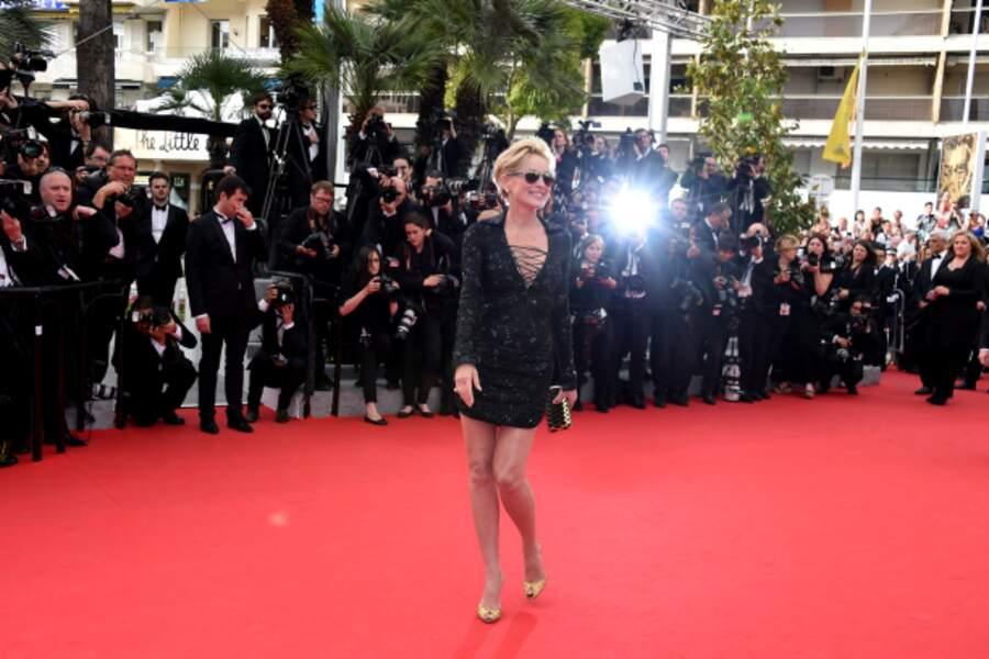 Sharon Stone enflamme le tapis rouge