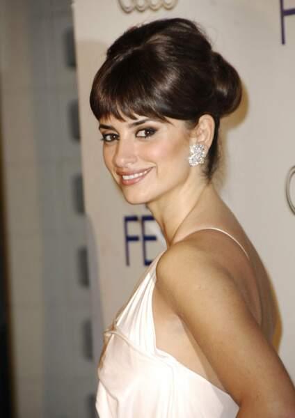 Au faîte de sa gloire, elle est classe et sexy, lors de l'hommage qui lui est rendu à l'American Film Institute