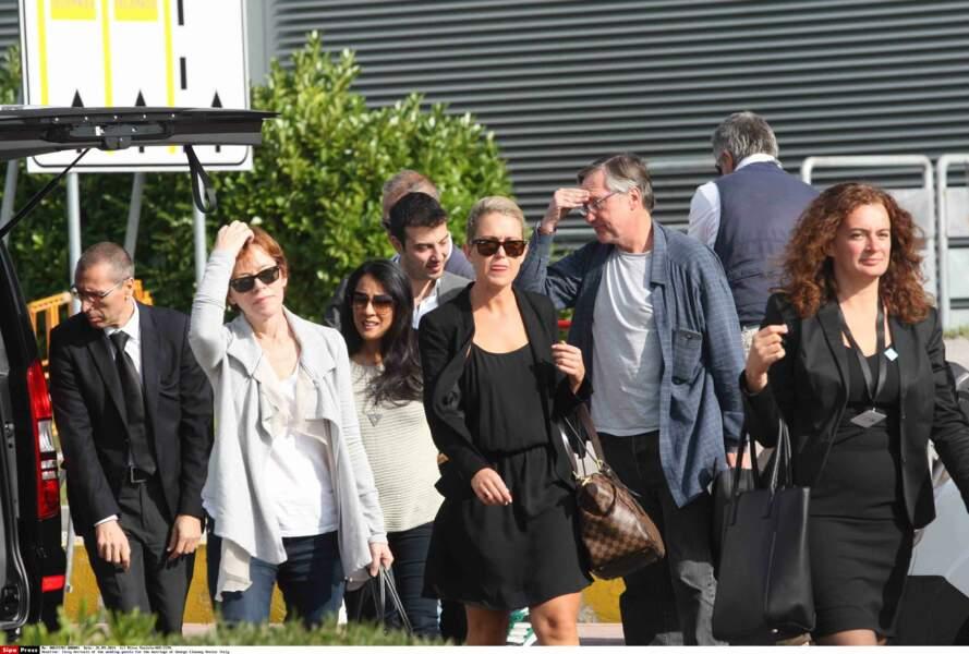 … entourés de leurs amis, dont l'actrice McNally Sagal
