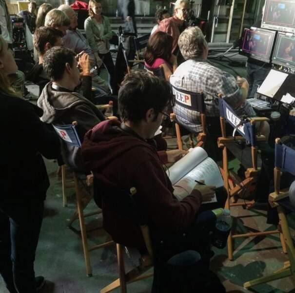 Sur les écrans de contrôle, toute l'équipe de la série suit ce qu'il se passe sur le plateau
