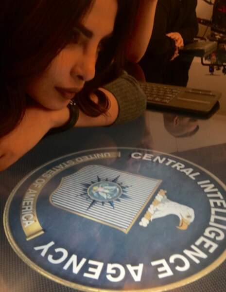 Le très grand badge de l'héroïne de Quantico, Priyanka Chopra.