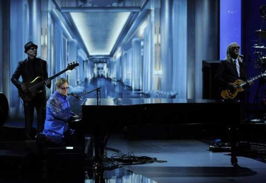 Elton John interprète Home Again sur la scène des Emmy Awards 2013
