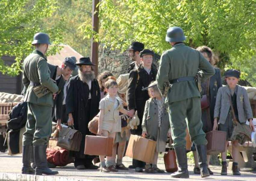Saison 4 : un convoi de juifs est parqué dans l'école