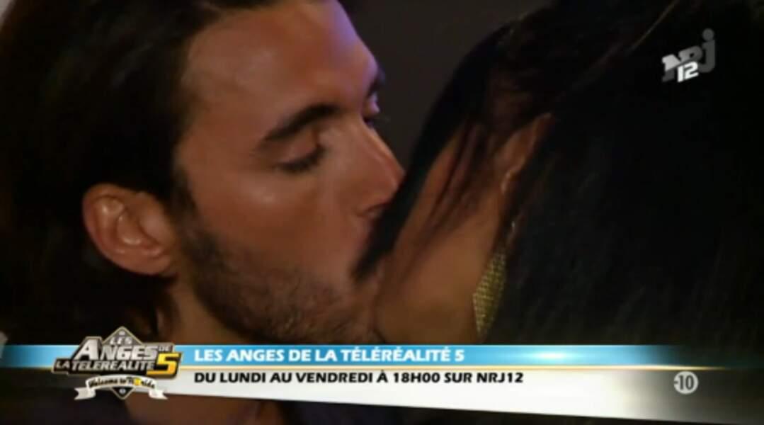 Leur premier bisou, en mars 2013, dans Les Anges de la télé-réalité 5.