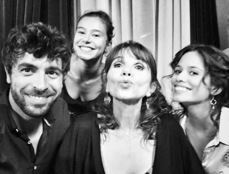 Entourée d'Agustin Galianna, Léa Lopez et Lucie Lucas, ses partenaires de Clem, Victoria Abril vous embrasse