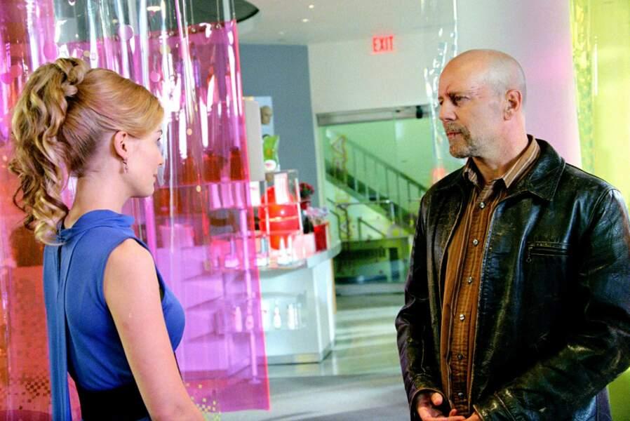 Elle joue à la fois la compagne de Bruce Willis dans le film de SF Clones (2009). Et son double, un androïde !