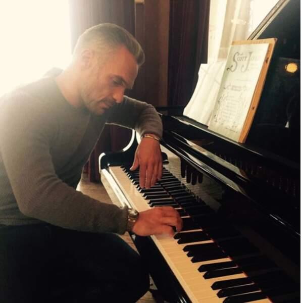 Philippe Bas joue le lover au piano entre deux prises pour Profilages.