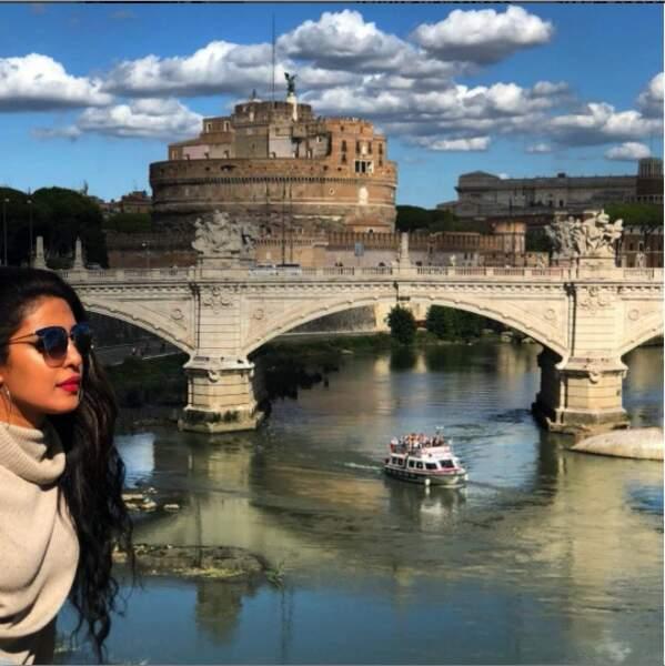 Entre le tournage de deux scènes de Quantico, Priyanka Chopra visite Rome. Ici le château Saint-Ange…