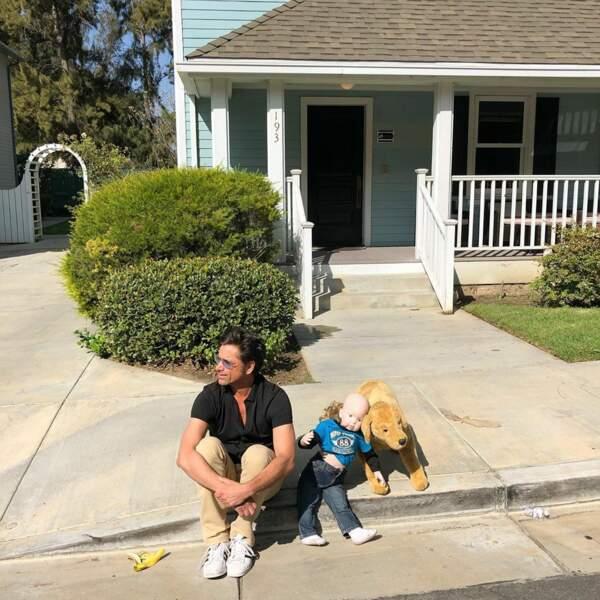 John Stamos a l'air un peu seul dans les studios Warner Bros à Los Angeles