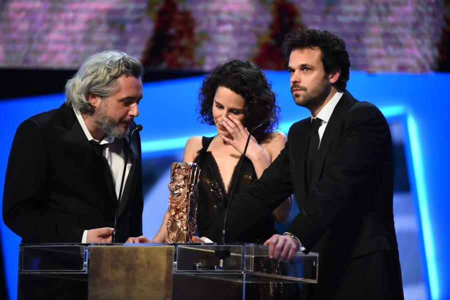 Les réalisateurs Nicolas Rey et Emma Luchini et le producteur Romain Rousseau sont montés chercher leur trophée