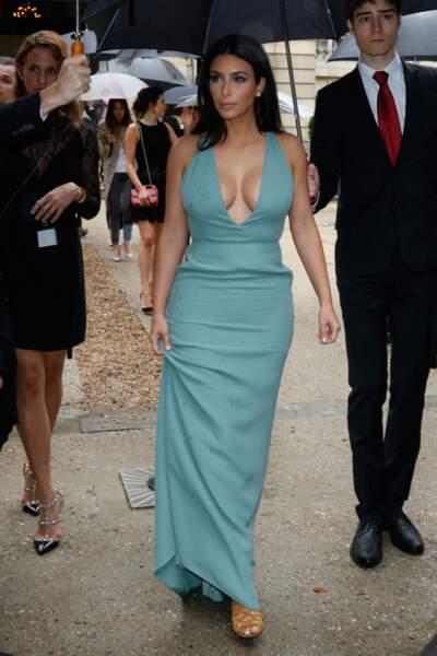 Kim Kardashian a fait une entrée sous la pluie au défilé Valentino