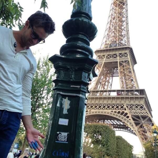 Robert Buckley sacrifie lui aussi au selfie Tour Eiffel