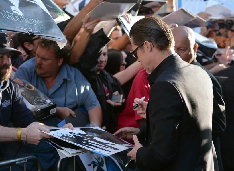 Brad Pitt aussi s'est livré à une séance d'autographes