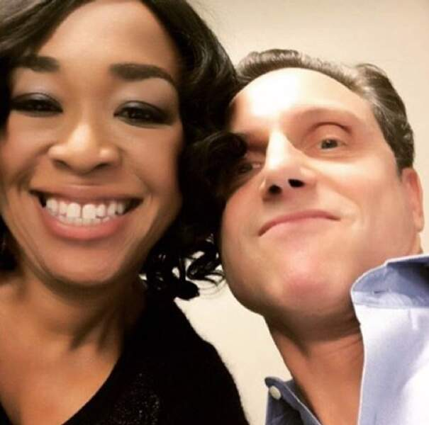 Shonda Rhimes toujours prête à faire des selfies avec Tony Goldwin, son président…