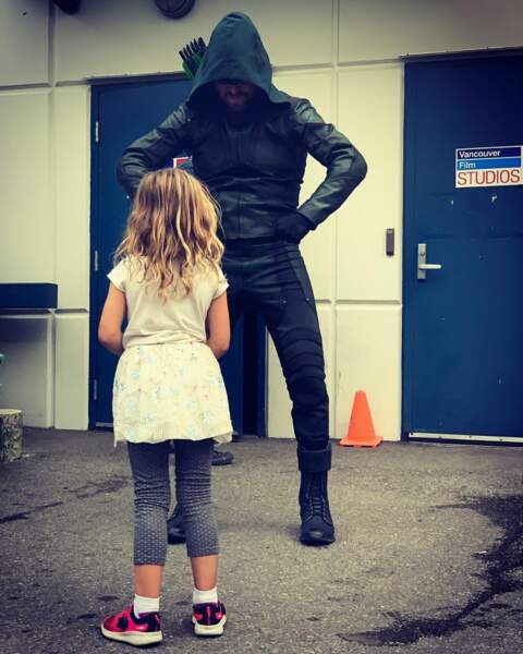 Le costume de Stephen Amell dans Arrow n'impressionne pas vraiment sa fille