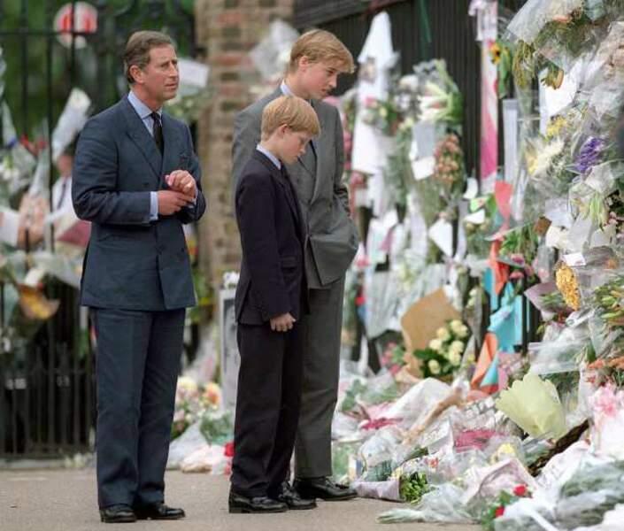 1997 : le prince Charles sort avec ses enfants pour l'hommage rendu à Diana