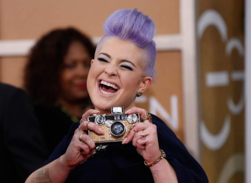 Kelly Osbourne dégaine un appareil photo clinquant