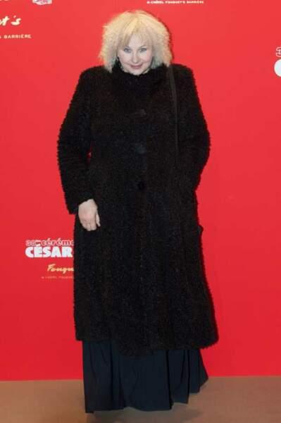 Yolande Moreau et son manteau caniche