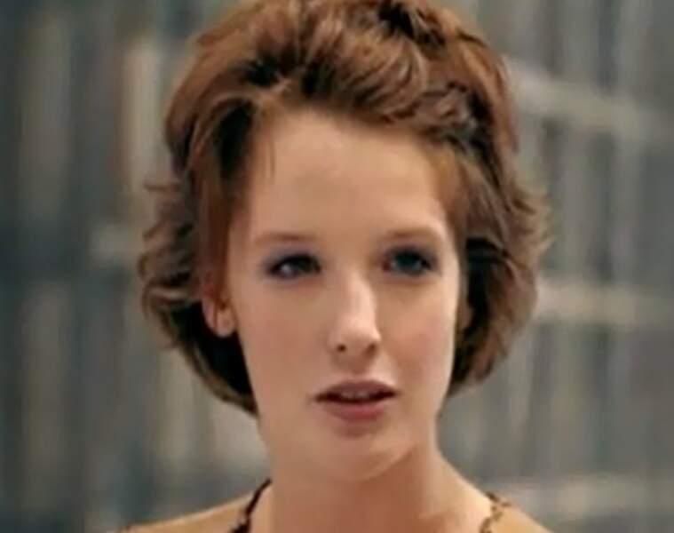 La jeune Kelly débute sa carrière au cinéma dans le film Maybe Baby (2000)