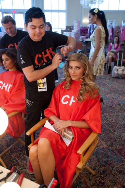 Camille Cerf se fait coiffer