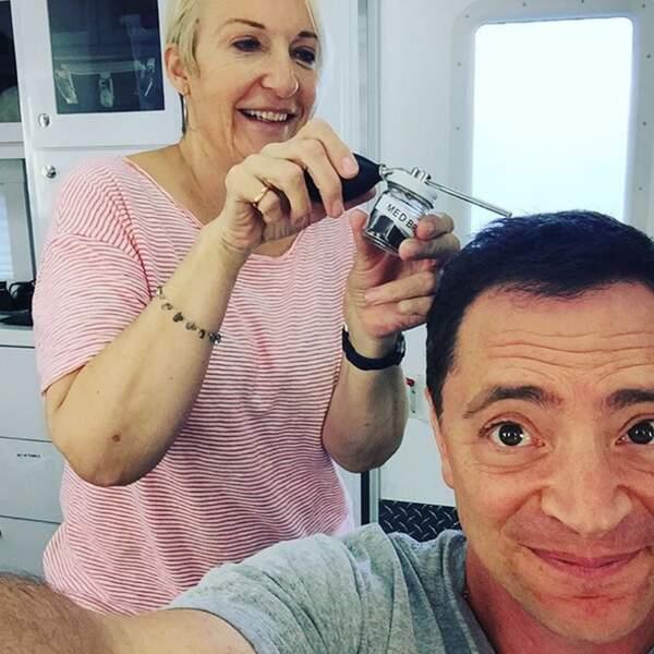 Joshua Malina (Scandal) use de toutes les ruses pour éviter de montrer qu'il perd ses cheveux
