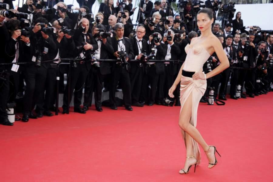 Bustier et jupe fendue pour la mannequin Adriana Lima