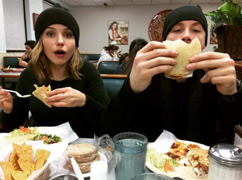 Les inspecteurs Lindsay (Sophia Bush) et Halstead (Jesse Lee Soffer) ont bel appétit.