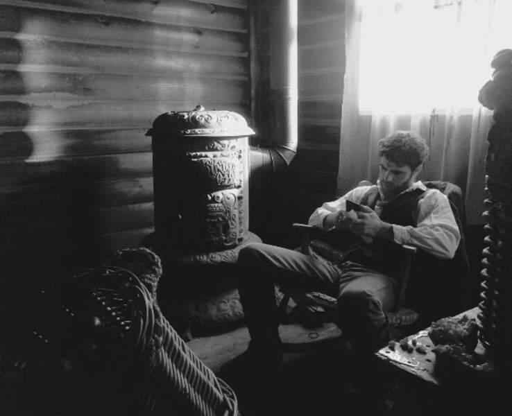 Ambiance vintage, barbe et portable pour Paul Wesley, le héros de Vampire Diaries