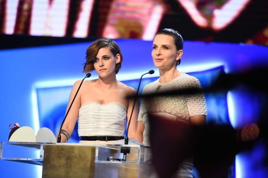 Puis Kristen Stewart est remontée sur scène, avec sa partenaire Juliette Binoche, pour le prix du meilleur acteur