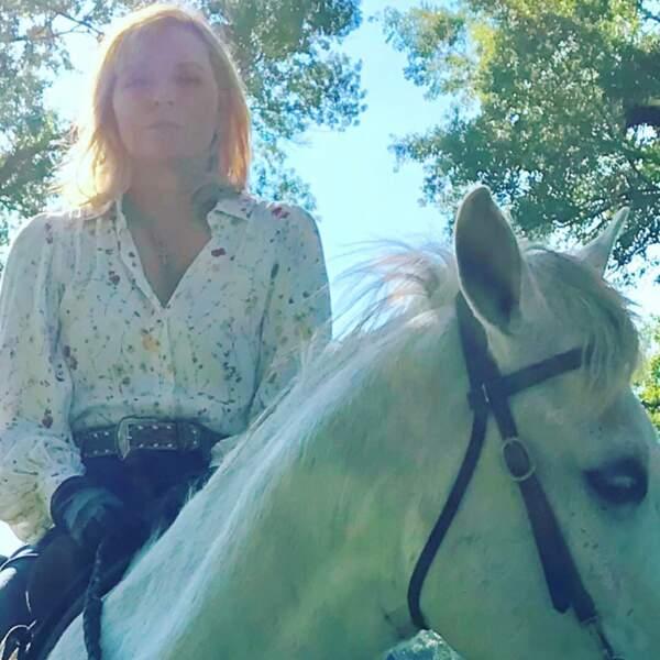 Kim Cattrall n'a pas l'air très à son aise à cheval pour le tournage du pilote de Filthy Rich.