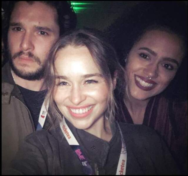 Mais chez Game of Thrones, Emilia Clarke n'en a que faire d'avoir la peau qui brille