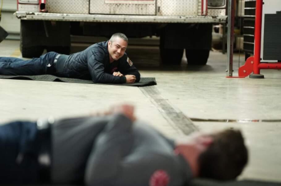 Sur le plateau de Chicago Fire, Taylor Kinney, alias Severide, improvise une séance de relaxation