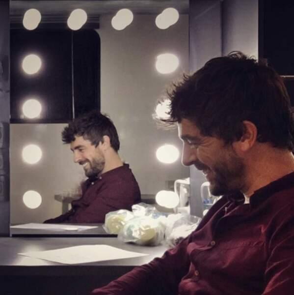 Au calme dans sa loge, le comédien semble content de quelque chose. De sa prestation ?