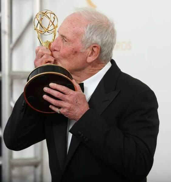 Le producteur Jerry Weintraub embrasse sa statuette : prix du meilleur téléfilm pour Ma vie avec Liberace