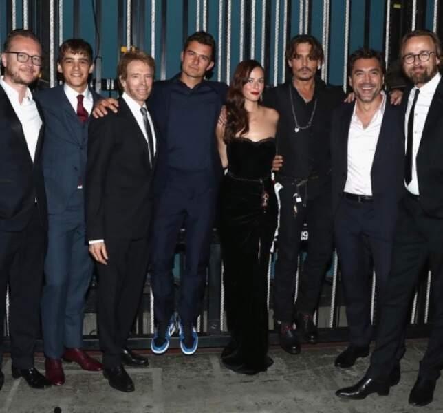 Kaya bien entourée par l'équipe de Pirates des Caraïbes 5 lors de la première américaine au Dolby Theater