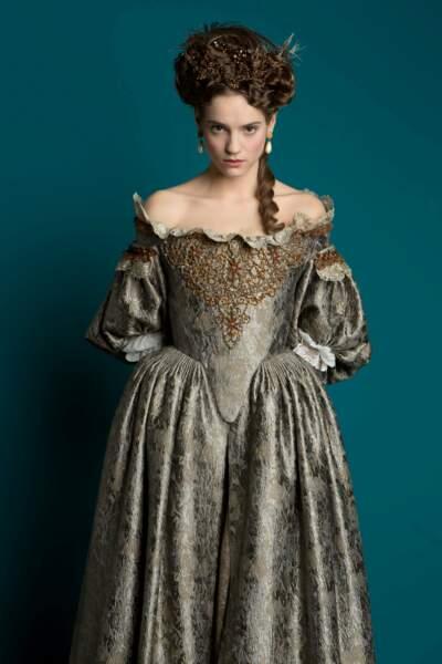 Noémie Schmidt joue Henriette dans la saison 1 de la série Versailles