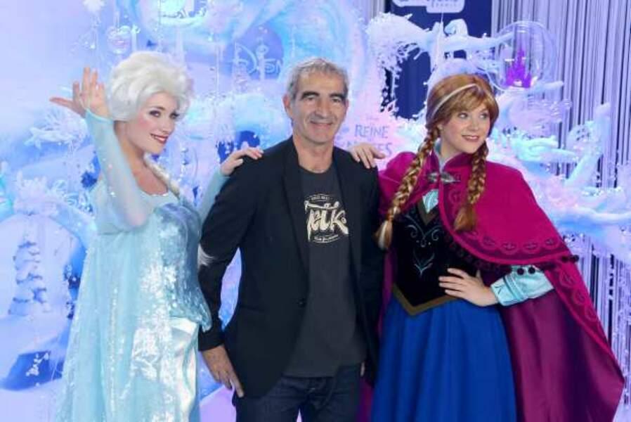 Raymond Domenech entourée de Elsa et Anna, les héroïnes de La Reine des neiges