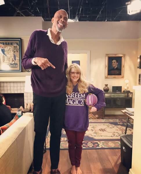 Petite différence de taille entre Kareem Abdul-Jabbar, le joueur de basket, et Melissa Rauch de The Big Bang Theory